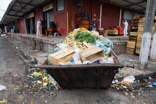 Sujeira em área da Ceagesp, central de abastecimento de frutas e verduras em SP