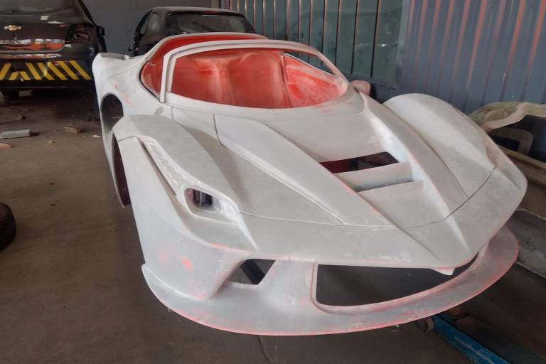 Ferrari e Lamborghini falsificadas