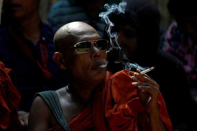 Monge budista aguarda resultado do julgamento de suspeitos de assinar advogado muçulmano, em Mianmar