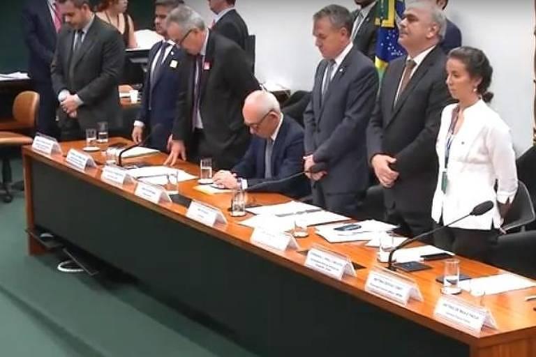 Presidente da Vale foi o único que não se levantou durante minuto de silêncio em homenagem às vítimas da tragédia da Brumadinho