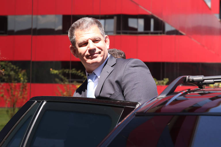 O ministro Gustavo Bebianno, ao deixar hotel onde mora em Brasília, na manhã desta sexta-feira (15)