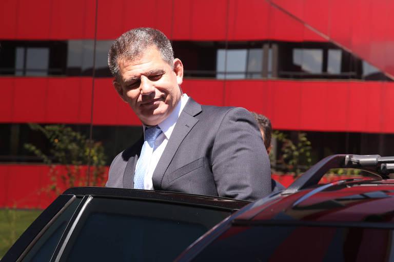 Gustavo Bebianno deixa o hotel onde mora na manhã desta sexta-feira (15)