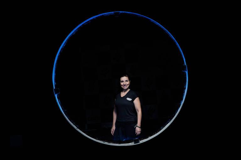 Zuleika no meio de janela em círculo com fundo preto