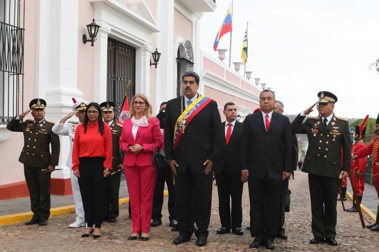 Nicolas Maduro (C) acompanhado por sua esposa Cilia Flores (CL), a Vice-Presidente Delcy Rodriguez (L), e funcionários de seu governo no Palácio Municipal na cidade de Bolívar, na Venezuela.