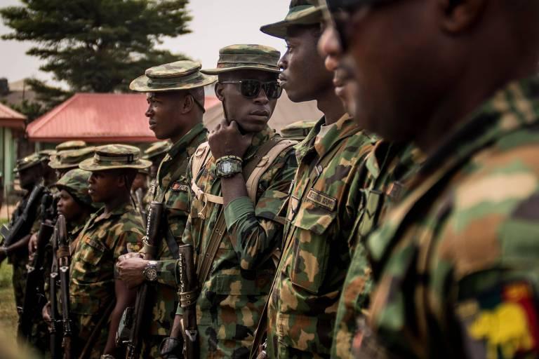 Soldados nigerianos realizam uma reunião militar depois de patrulhar Aba, na parte oriental do país