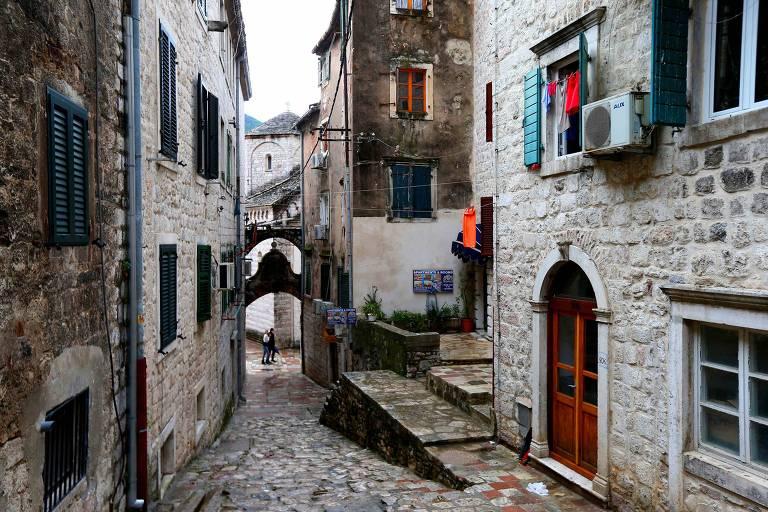 Rua pequena com casas de pedra do período medieval