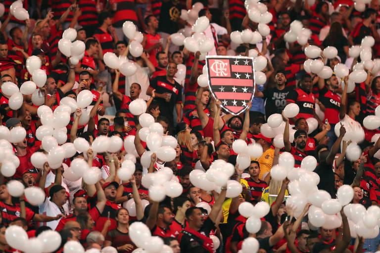 Torcedores do Flamengo homenageiam as vítimas do incêndio no CT durante o clássico contra o Fluminense