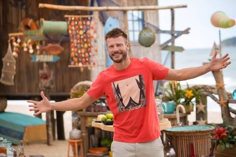 O apresentador Rodrigo Hilbert na gravação do episódio sobre mariscos do programa de culinária Tempero de Família Verão: Tá pra peixe, da GNT