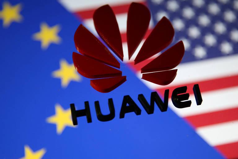 Logo da Huawei diante de bandeiras dos EUA e da União Europeia; executivos europeus dizem não encontrar substitutos para a gigante chinesa no mercado global
