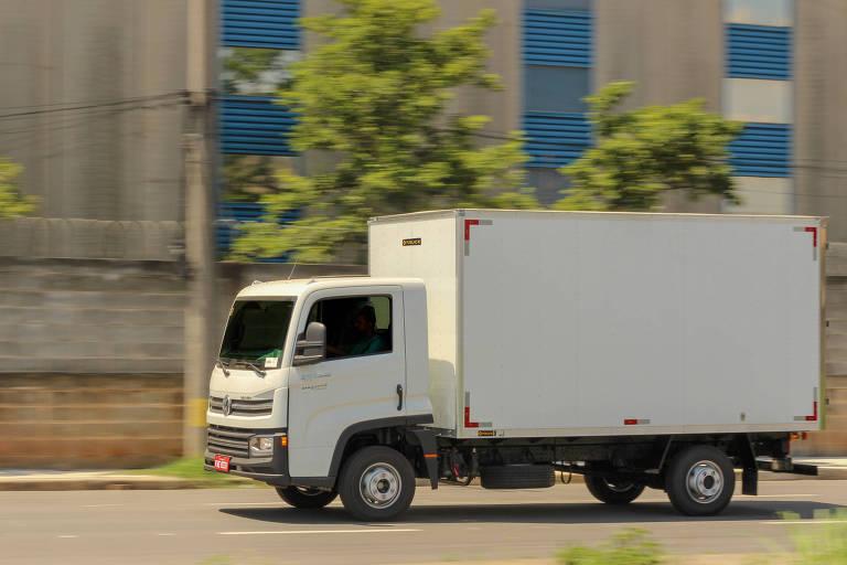 Caminhão passa por rua