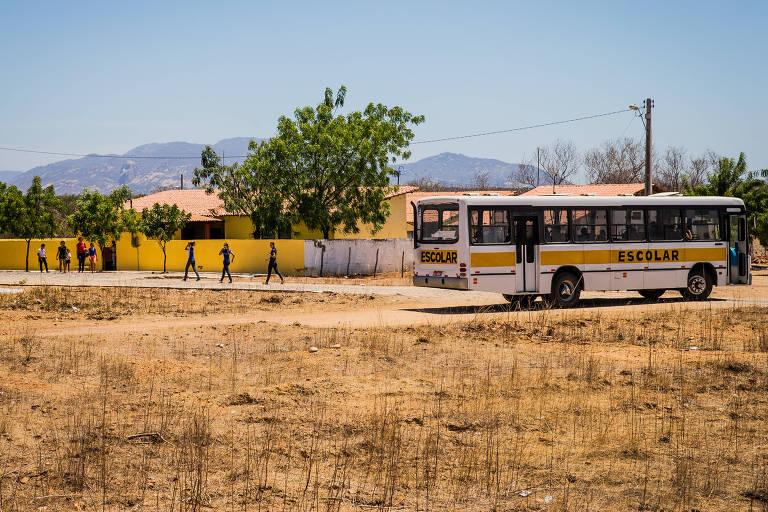Alunos chegam à Escola Massilon Saboia, em Sobral (CE). Cidade é famosa pelos bons índices em educação, mas há denúncias de pressões sobre alunos