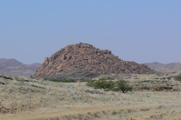 Drumlin, uma espécie de morro, na Namíbia; a formação tipicamente ocorre quando sedimento arrastado por geleiras cai e se acumula em uma pilha distendida