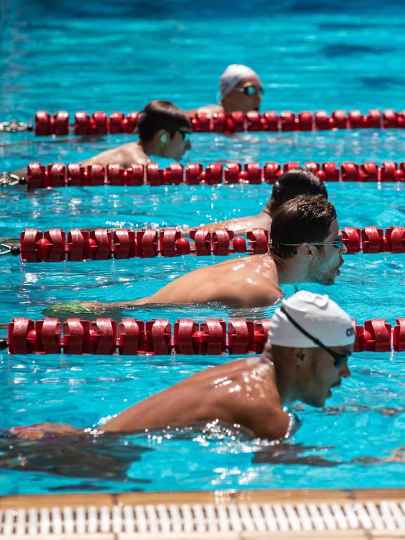 Nadadores velocistas brasileiros treinam durante camping no Parque Aquático Maria Lenk