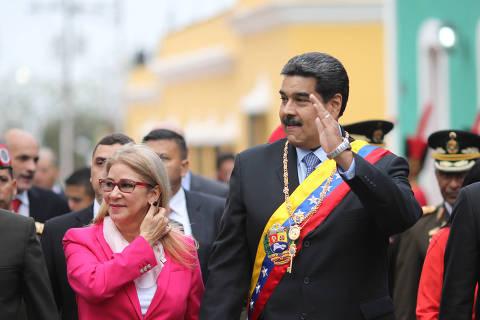 (190215) -- BOLIVAR, febrero 15, 2019 (Xinhua) -- Imagen cedida por la Presidencia de Venezuela del presidente venezolano, Nicolás Maduro (2-d), acompañado por su esposa, Cilia Flores (2-i), asistiendo a la conmemoración del Bicentenario del Congreso de Angostura, en Ciudad Bolívar, estado Bolívar, Venezuela, el 15 de febrero de 2019. El presidente de Venezuela, Nicolás Maduro, afirmó el viernes que los asesores de Donald Trump involucraron al presidente estadounidense en un