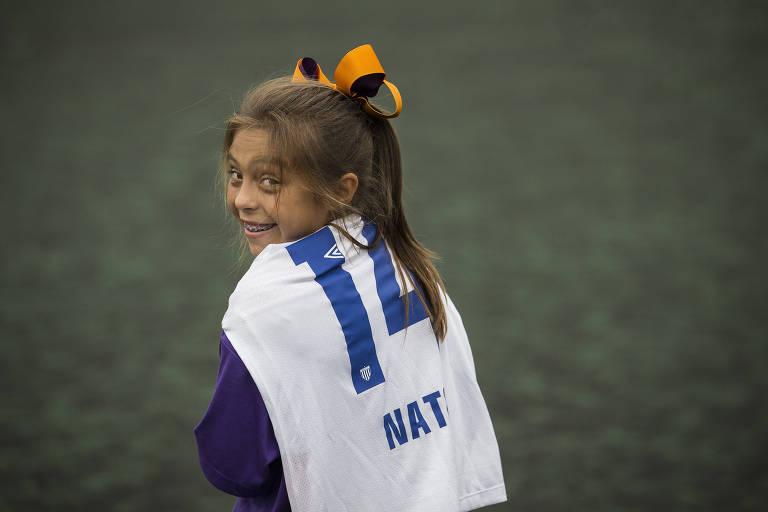Natalia com a camisa 14, seu número favorito, e um de seus mais de cem laços de cabelo