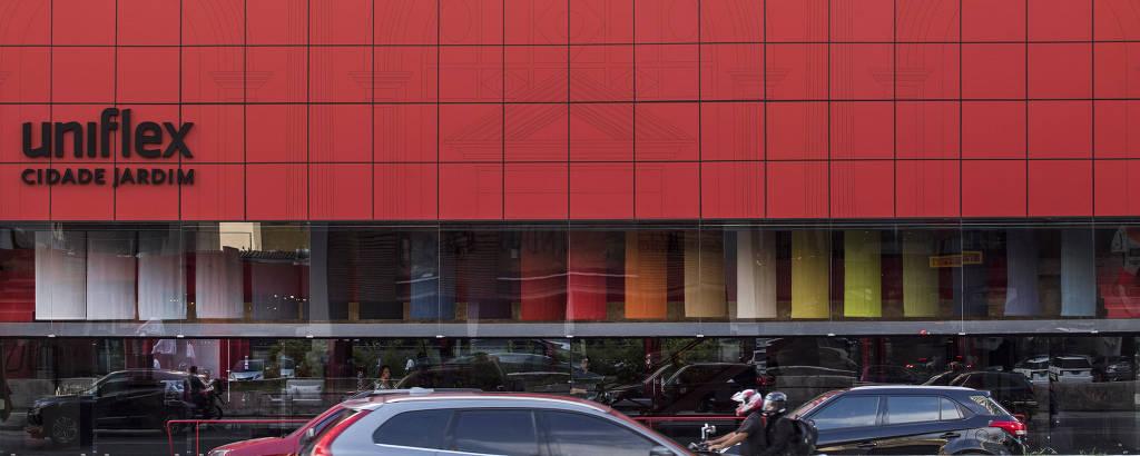 Fachada da loja de cortinas e persianas Uniflex, na avenida Cidade Jardim; reforma da antiga loja de móveis Forma, projeto de Paulo Mendes da Rocha, feita por Aldo Uribinati, gerou polêmica entre arquitetos sobretudo pelo uso de vermelho vivo na fachada, que era de concreto aparente sobre a grande vitrine onde ficavam expostas peças de design, no projeto original