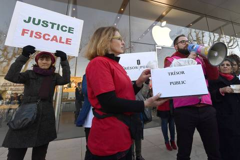 Activists of the Association for the Taxation of financial Transactions and Citizen's Action (ATTAC) demonstrate in front of the Apple Store during a protest against tax evasion in Aix-en-Provence, southern France on January 30, 2019. - France will push ahead with its own tax on large internet and technology companies from January 1, the French Finance Minister announcd on December 17, 2018, as the European Union struggles to finalise a new EU-wide levy. France has been driving hard for a new so-called