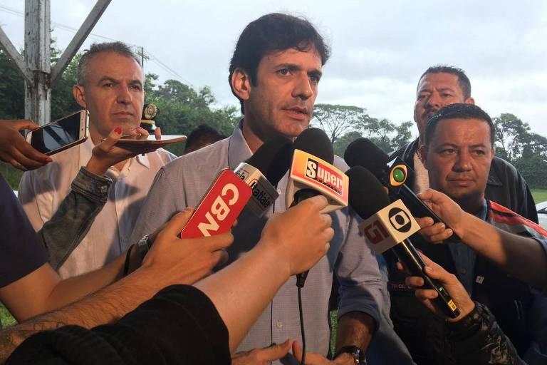 O ministro do Turismo, Marcelo Álvaro Antônio, dá entrevista após visita à região alvo de desastre em Brumadinho (MG)