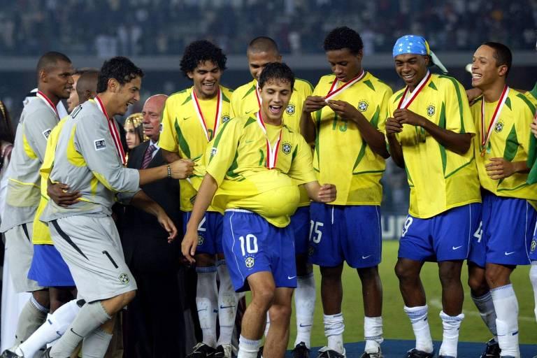 Jogadores brasileiros comemoram a conquista do título mundial sub-20 em 2003, após vitória sobre a Espanha na final