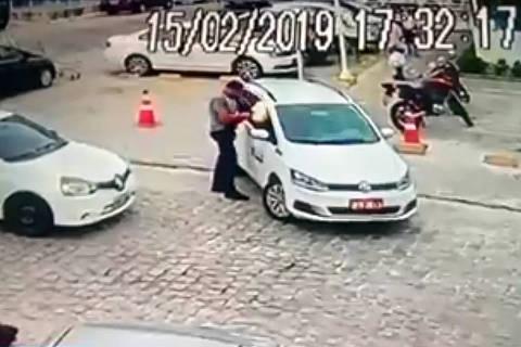 JOAO PESSOA, PB, 15-02-2019 - Após uma discussão de trânsito, um taxista de 42 anos foi morto a tiros na tarde desta sexta-feira (15) em João Pessoa, por um homem que se irritou com a manobra do veículo no estacionamento de um supermercado. O corretor de imóveis Gustavo Teixeira Correia, 42, era passageiro de um outro carro, que aguardava a manobra do táxi para seguir adiante. Poucos segundos depois, ele saiu do veículo, se aproximou a pé e reclamou da demora com o taxista, que respondeu com um xingamento, segundo a polícia. Então, disparou três tiros contra ele, da janela do carona.  Credito:Reprodução/TV Globo