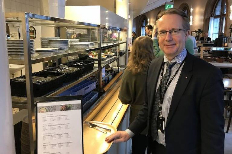 Na Suécia, deputados como Per-Arne Håkansson, do partido Social-Democrata, encaram fila para almoçar no bandejão