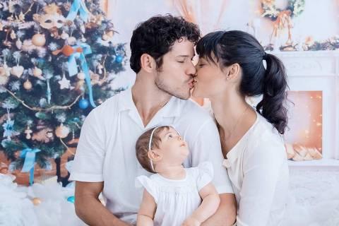 Ator José Loreto com a mulher, Débora Nascimento, e a filha do casal, Bella: