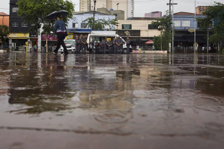 Largo da Batata com água da chuva e policiais