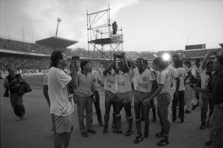 b9b8484f90 Jogadores do Bahia levantam a taça de campeão brasileiro de 1988 no  Beira-Rio