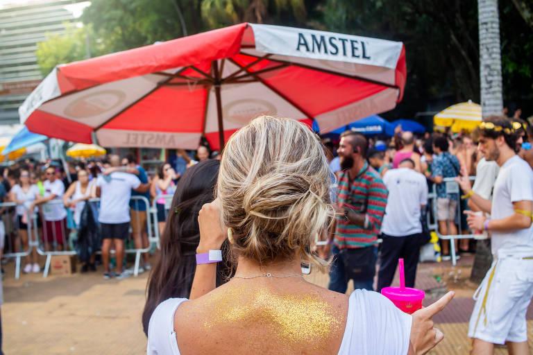 Mulher de costas durante bloco de Carnaval