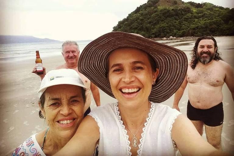 Deborah Cristina Costa (de chapéu), com familiares