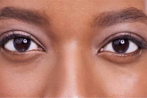 O olho no olho prende a nossa atenção e nos torna menos conscientes do que se passa ao nosso redor