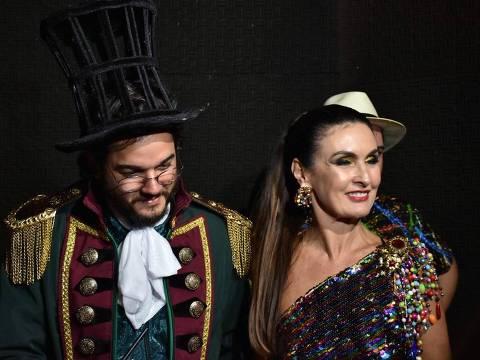 Fátima Bernardes é coroada rainha em baile de Carnaval no Recife