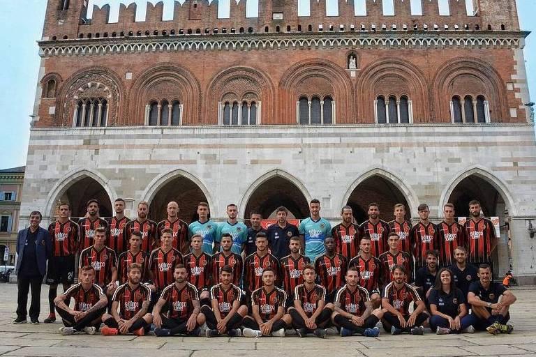 Time do Pro Piacenza perfilado para foto de início de temporada, quando ainda tinham equipe para colocar em campo