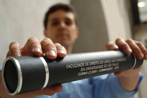 ORG XMIT: 285001_1.tif O formando da Faculdade de Direito da USPJefferson Siqueira de Brito Alvarez, 26, que denunciou a entidade devido a uma fraude no diploma, em São Paulo (SP). Ele pagou pelo serviço de caligrafia em seu diploma, notou que o documento entregue veio impresso, e não manuscrito. (São Paulo, SP, 02.06.2006 - Nilton Fukuda/Folhapress - SP 05139-2006 - Digital)