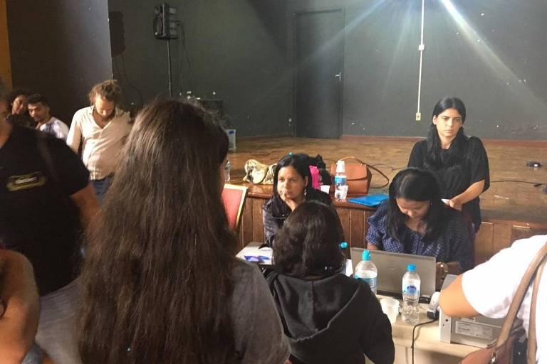Moradores buscam informações com funcionários da Vale em Nova Lima (MG)