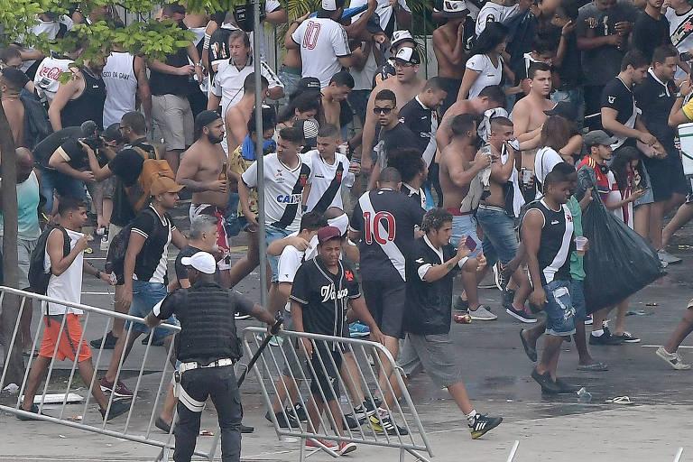 Confusão entre polícia e torcida do Vasco antes da final com o Fluminense, no Maracanã