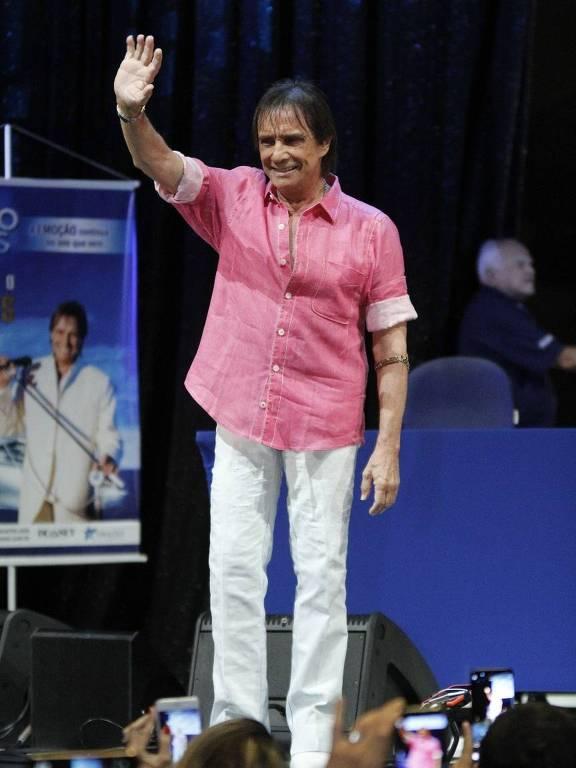 Resultado de imagem para roberto carlos de camisa rosa