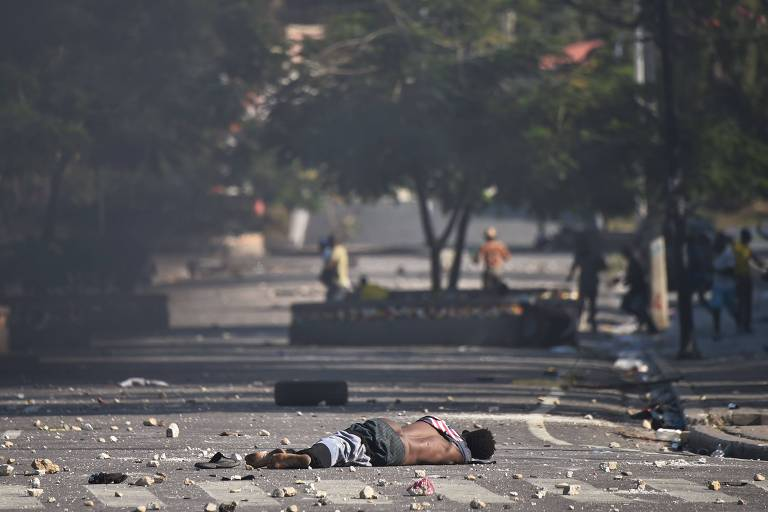 Copro de um manifestante morto durante protesto em frente ao Palácio Nacional, em Porto Príncipe