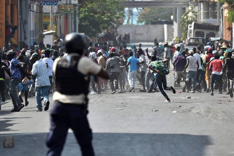 Manifestantes tentam fugir de disparos feitos pela polícia haitiana em Porto Príncipe