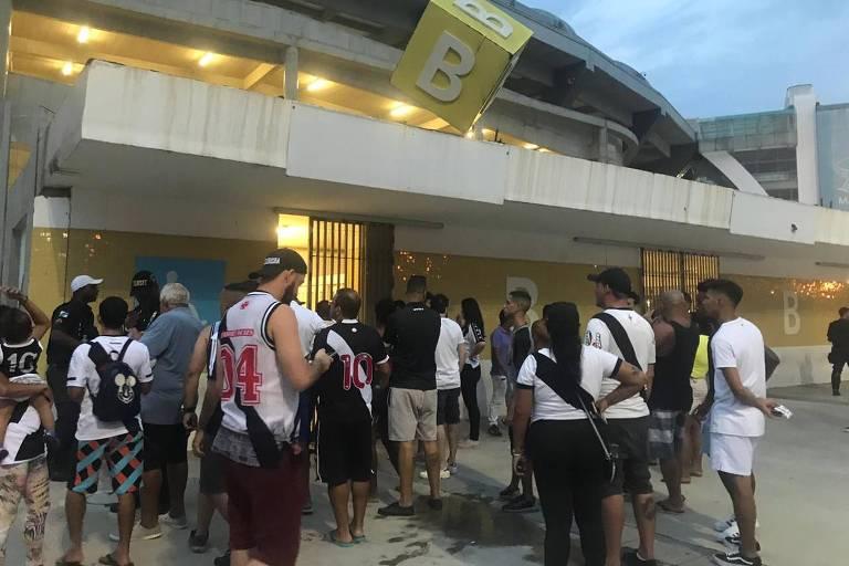 Torcida do Vasco em frente ao portão B do Maracanã, sem conseguir entrar
