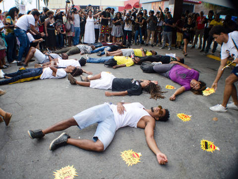 RIO DE JANEIRO, RJ, 17.02.2019 - PROTESTO-RJ - Manifestantes se reúnem em frente ao supermercado Extra na Barra da Tijuca, em protesto contra a morte de Pedro Gonzaga que foi estrangulado até a morte pelo segurança do estabelecimento, no ultimo dia 14 de fevereiro, sendo acusado por tentativa de furto. Pedro estava acompanhado por sua mãe e era portador de transtornos mentais. Barra da Tijuca, Rio de Janeiro (17) (Foto: Vanessa Ataliba/Brazil Photo Press) ***PARCEIRO FOLHAPRESS - FOTO COM CUSTO EXTRA E CRÉDITOS OBRIGATÓRIOS***