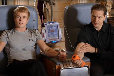 Transfusão de sangue entre personagens jovem e Gavin Belson na série Silicon Valley. Credito  Reprodução / HBO