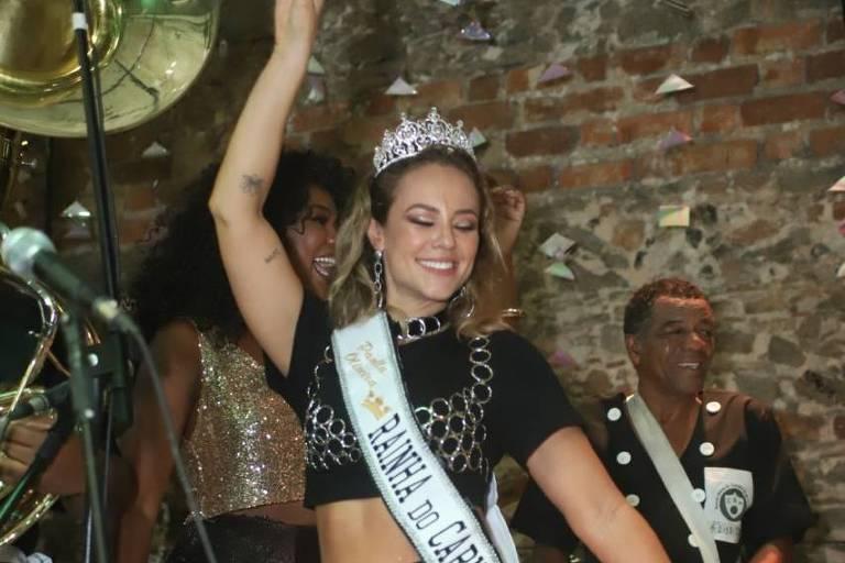 Paolla Oliveira é coroada rainha do bloco Cordão da Bola Preta