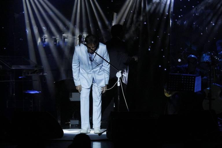 Roberto Carlos inicia o Show no Navio Costa Favolosa do Projeto Emocoes em Alto Mar