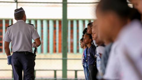 BRASILIA, DF,  BRASIL,  15-02-2019, 12h00: Alunos do Centro de Ensino 1 (CED) da Estrutural, região administrativa de Brasília, fazem formação antes do início das aulas no período da tarde. A escola foi transformada em Escola da Polícia MIlitar, de acordo com novo projeto do governador Ibaneis Rocha (MDB), que pretende transformar várias escolas da rede pública em militares, nas quais oficiais da Polícia MIlitar do DF (PMDF) organizam e cobram disciplina, horários, uniformes e costumes dos alunos. (Foto: Pedro Ladeira/Folhapress, COTIDIANO) ***EXCLUSIVO***  ***ESPECIAL***