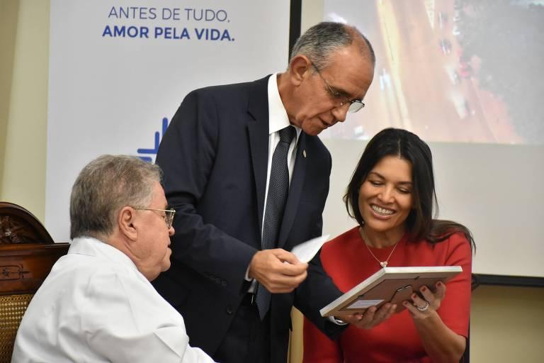 O médico Fernando Lucchese, o diretor geral da Santa Casa, Julio Matos, e a empresária Nora Teixeira