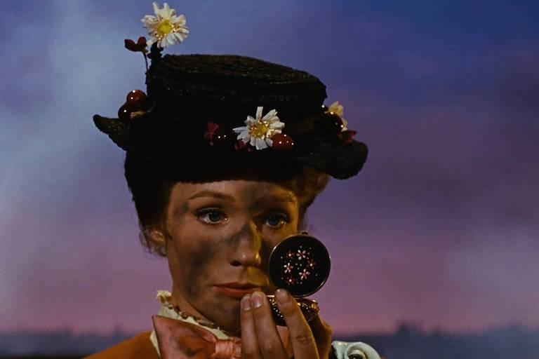 Julie Andrews em cena de 'Mary Poppins', filme da Disney de 1964