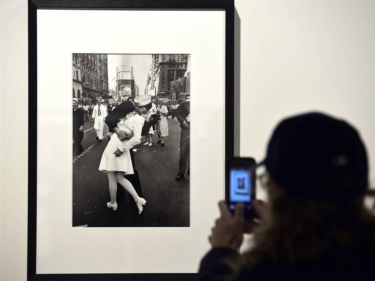 Visitante fotografa a icônica foto de Alfred Eisenstaedt em exposição de Roma
