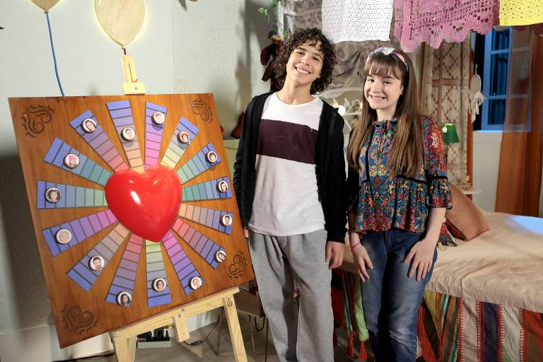 Os personagens Poliana (Sophia Valverde) e João (Igor Jansen) no Jogo do Contente