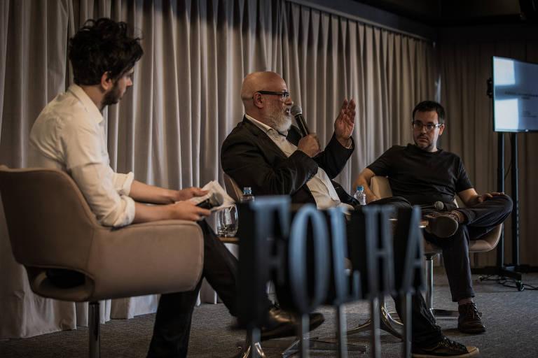 O editor da Ilustrada, Silas Martí, e os colunistas da Folha Luiz Felipe Pondé e Antonio Prata durante debate na sede do jornal